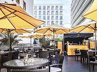 In der Summer Lounge Orange des Regent Berlin lässt sich ein Tag wunderbar ausklingen