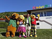 Freude über gute Platzierung im Ranking – Hoteldirektor Volker Küchler und die Hotel-Maskottchen Murmel, Smilyne und Smiley
