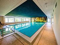 Das Schwimmbad mit weichem, mineralischem Quellwasser bei 30 Grad Wassertemperatur