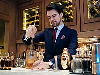 Kenner genießen die feinsten Cocktails der Stadt an der Hotelbar im REGENT in Berlin