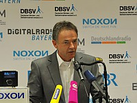 Joachim Uhrig (Terratec) präsentiert erstes barrierefreies Digitalradio