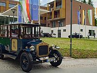 Oldtimer vor dem Hotel