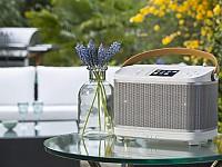 Das Roberts R100 kann Internet und DAB+ und ist als traditionelles Koferradio designt