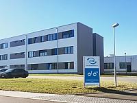 Verwaltungsgebäude und Produktionshalle am Standort Thüringen