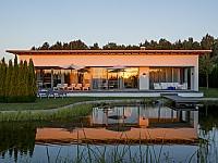 Abendstimmung - Alle Villen und Suiten besitzen ihren eigenen Seezugang zum Naturbadeteich