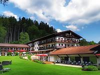 Familiäres und erholsames Resort-Ambiente mit Blick über die Berge