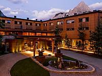 Das Wellnesshotel MOHR life resort liegt am Fuße der Zugspitze in Lermoos