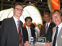 DMB-Empfänger von Samsung v.l.n.r.: Thomas Ferrero, Samsung; Anthony Park, Samsung; Axel Rudolph, IMDR; Helwin Lesch, IMDR