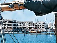 Außenansicht Yachthafenresidenz Hohe Düne mit Hafen