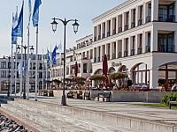 Weitläufiges Arial und klare Architektur - Yachthafenresidenz Hohe Düne