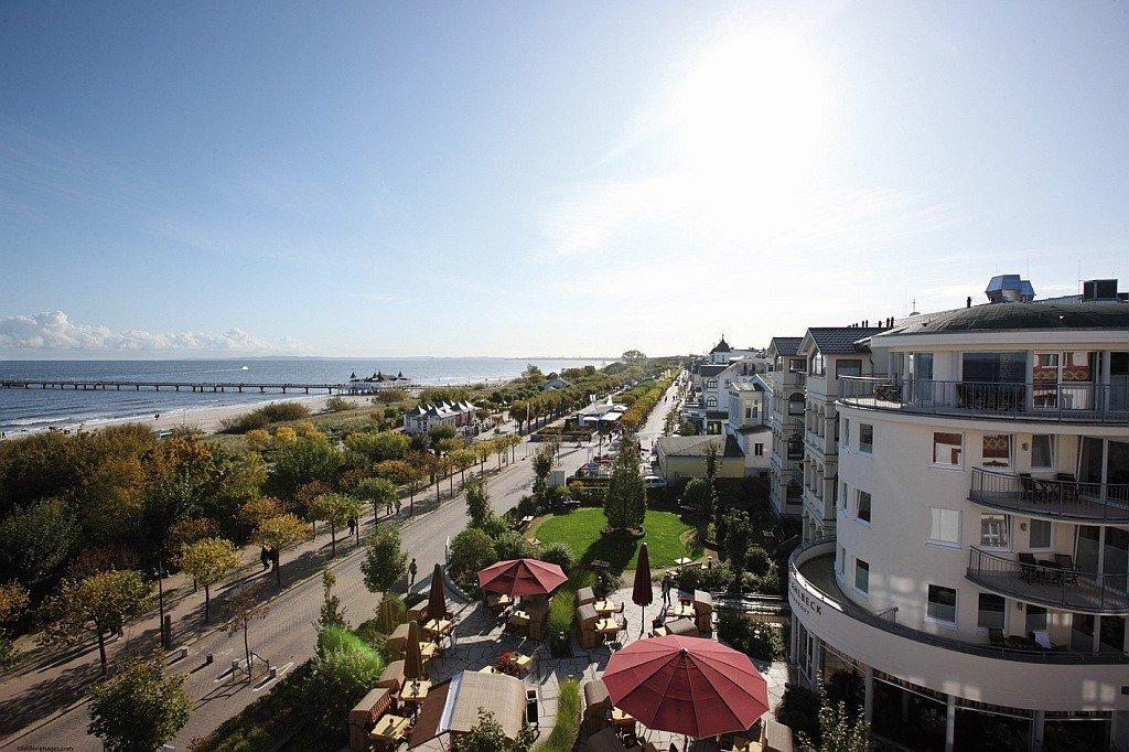 Blick über die Strandpromenade bis zur Seebrücke