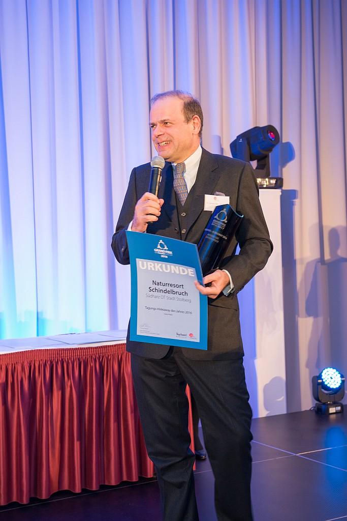 Dr. Clemens Ritter von Kempski nimmt Preis für bestes Tagungs Hideaway entgegen