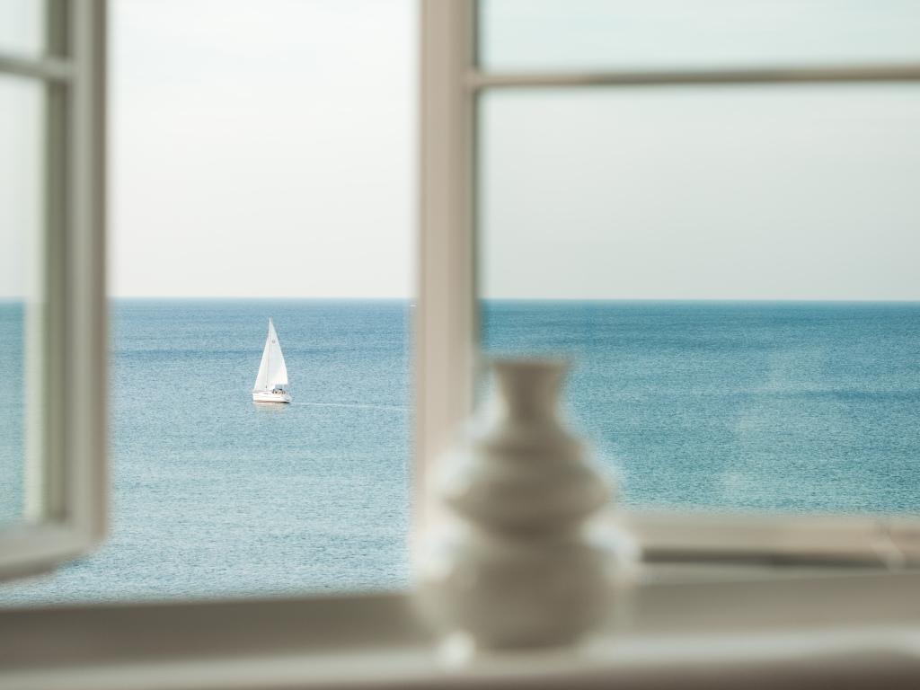 Ein gutes Buch lässt sich am besten lesen mit Blick vom Grand Hotel Heiligendamm auf die Ostsee.