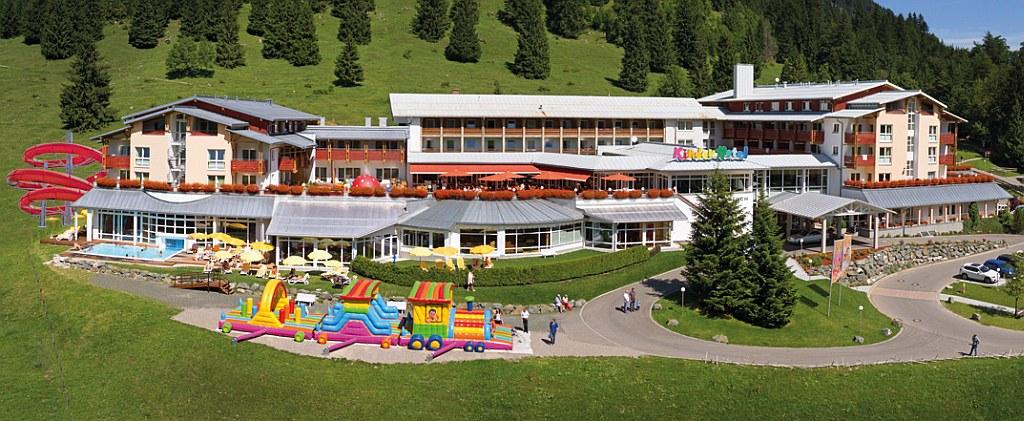 Panoramablick auf das Kinderhotel Oberjoch im Sommer