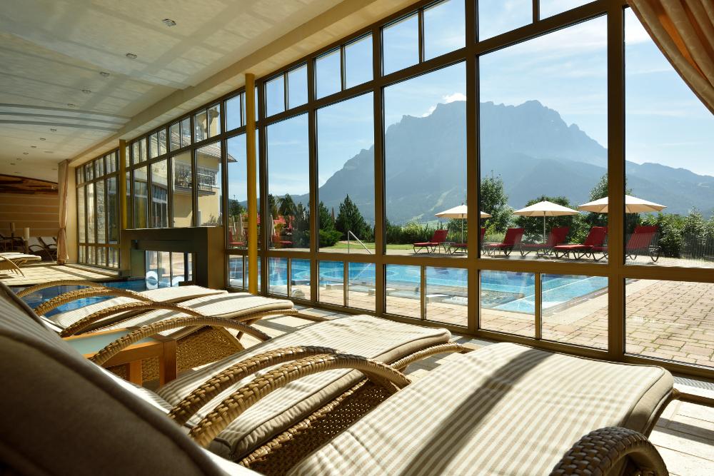 Spektakulärer Blick zur Zugspitze und über die Bergwelt direkt vom Wellness-Areal aus