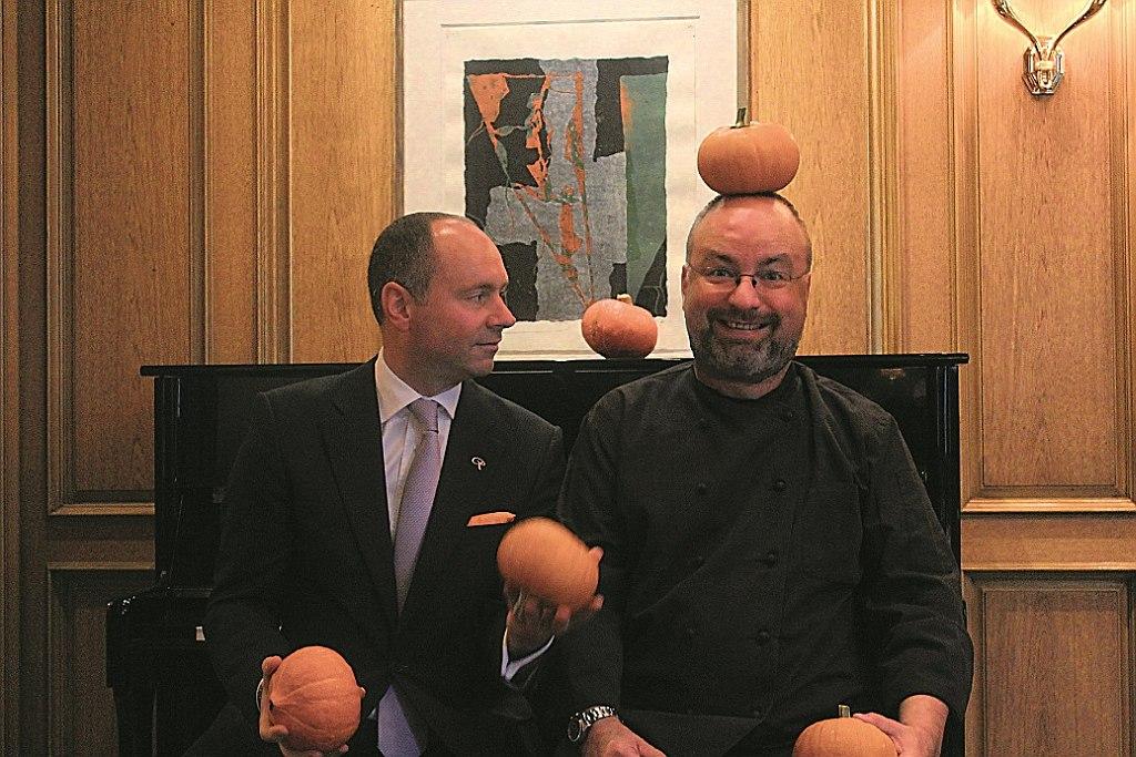 Hoteldirektor Athmann und Küchenchef Lohse bereiten sich auf Küchenparty vor.