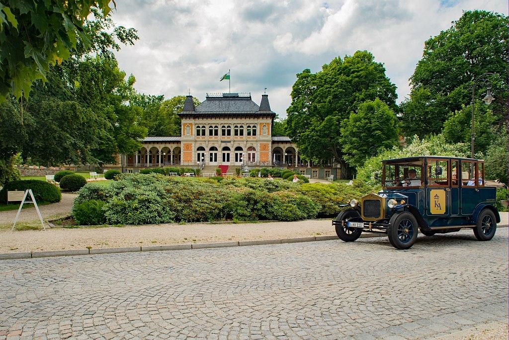 Oldtimer vor dem Kurhaus von Bad Elster.