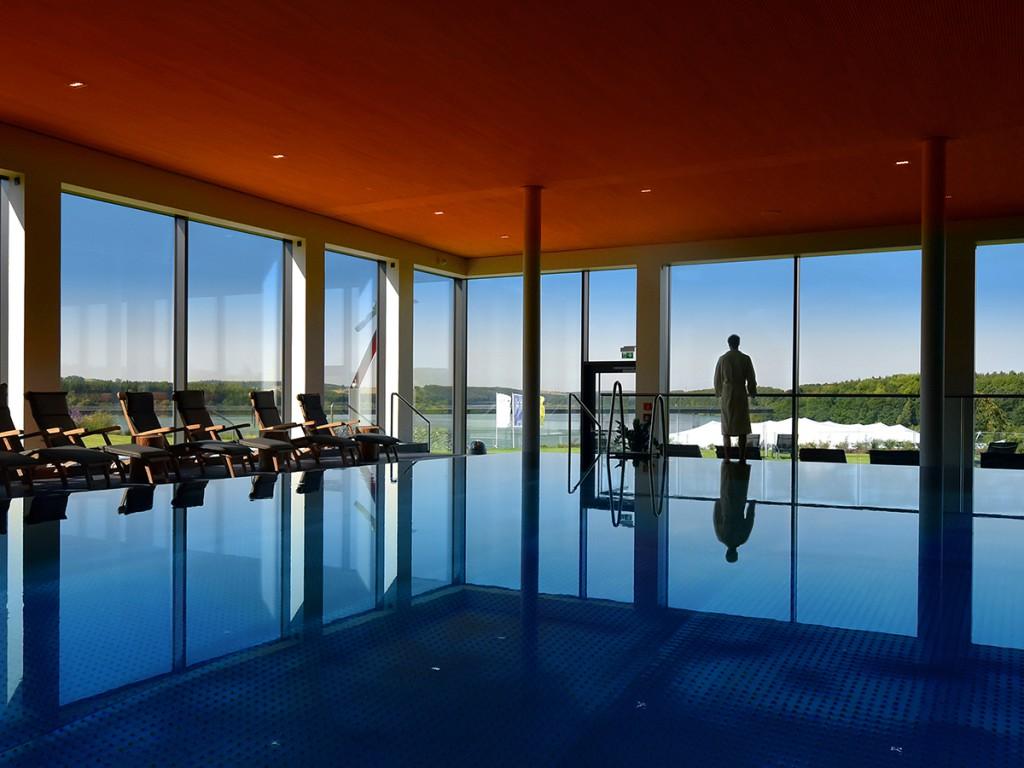 Und nach dem Konzert - Schwimmen im Pool des Bio-Seehotels mit Panoramablick