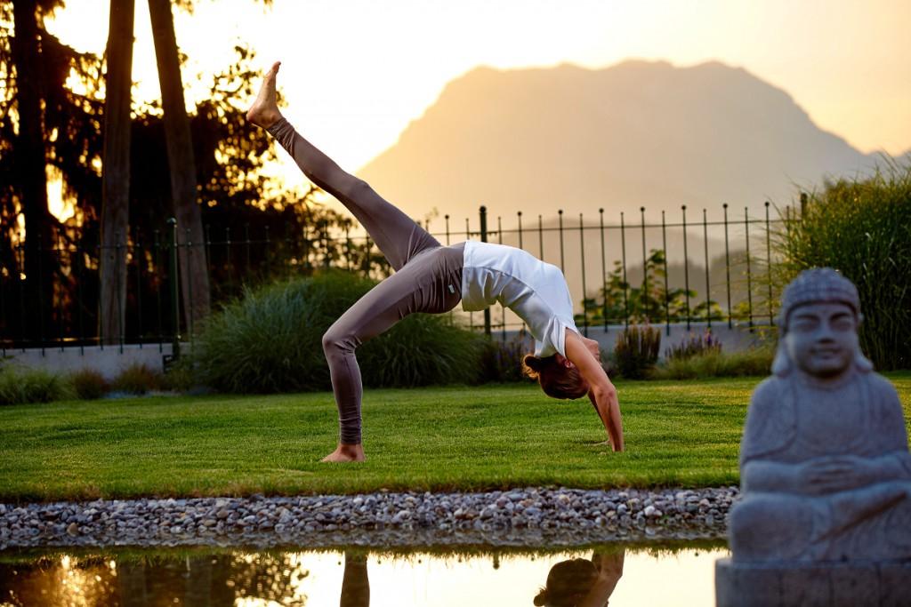 Heilsame Yoga-Asanas am Abend im Energiegarten