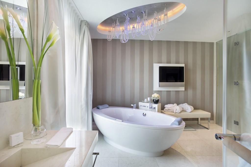 Auch die Suiten lassen keinen Wunsch offen – Das Badezimmer der Presidential Suite in den Spa Suites des Grand Resort Bad Ragaz