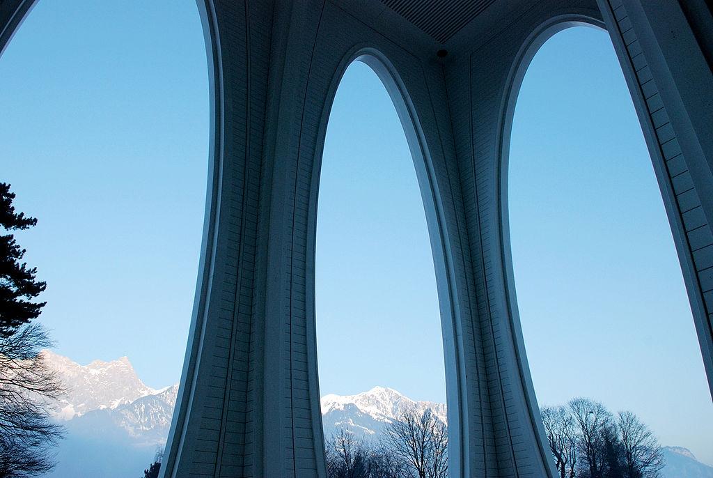 Die Architektur der Therme verbindet sich mit den Bergen