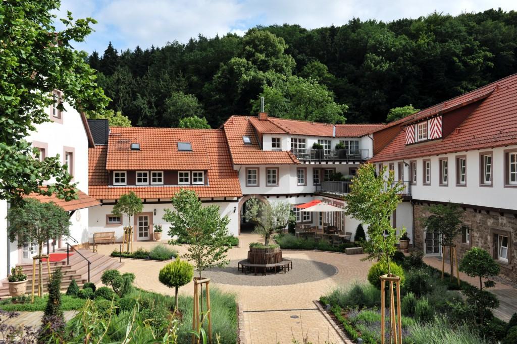 Romantischer Innenhof des BurgHotel Hardenberg