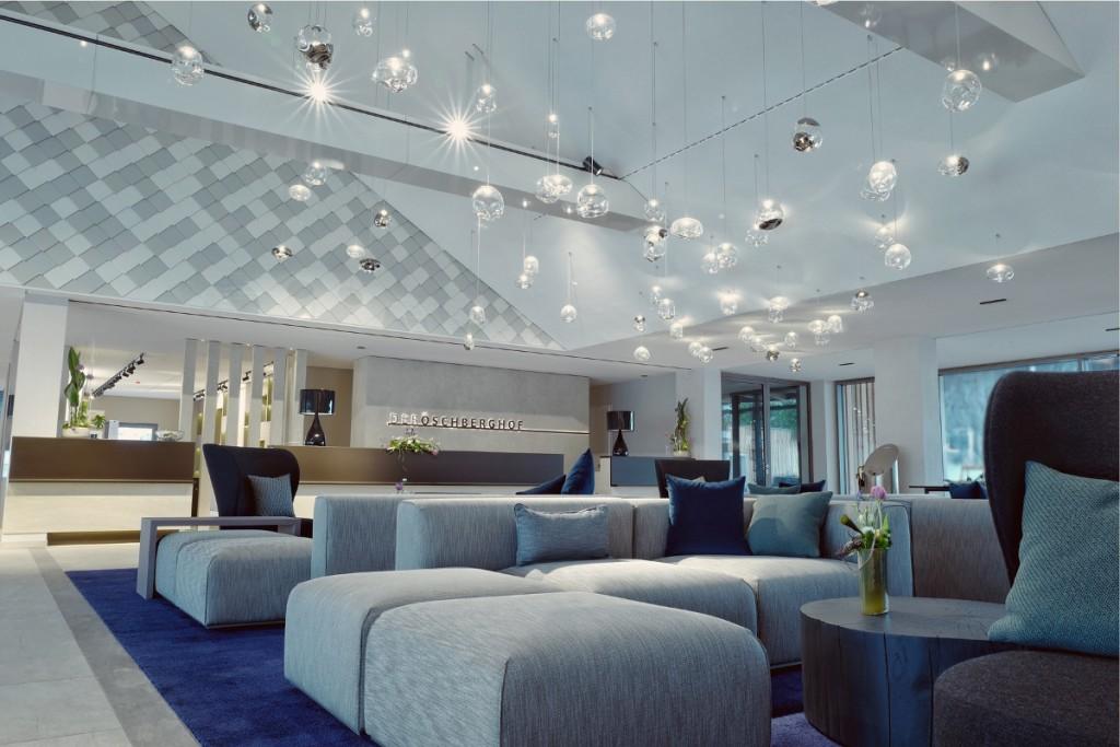 Beeindruckende Lobby mit 8 Meter hohem Dachstuhl