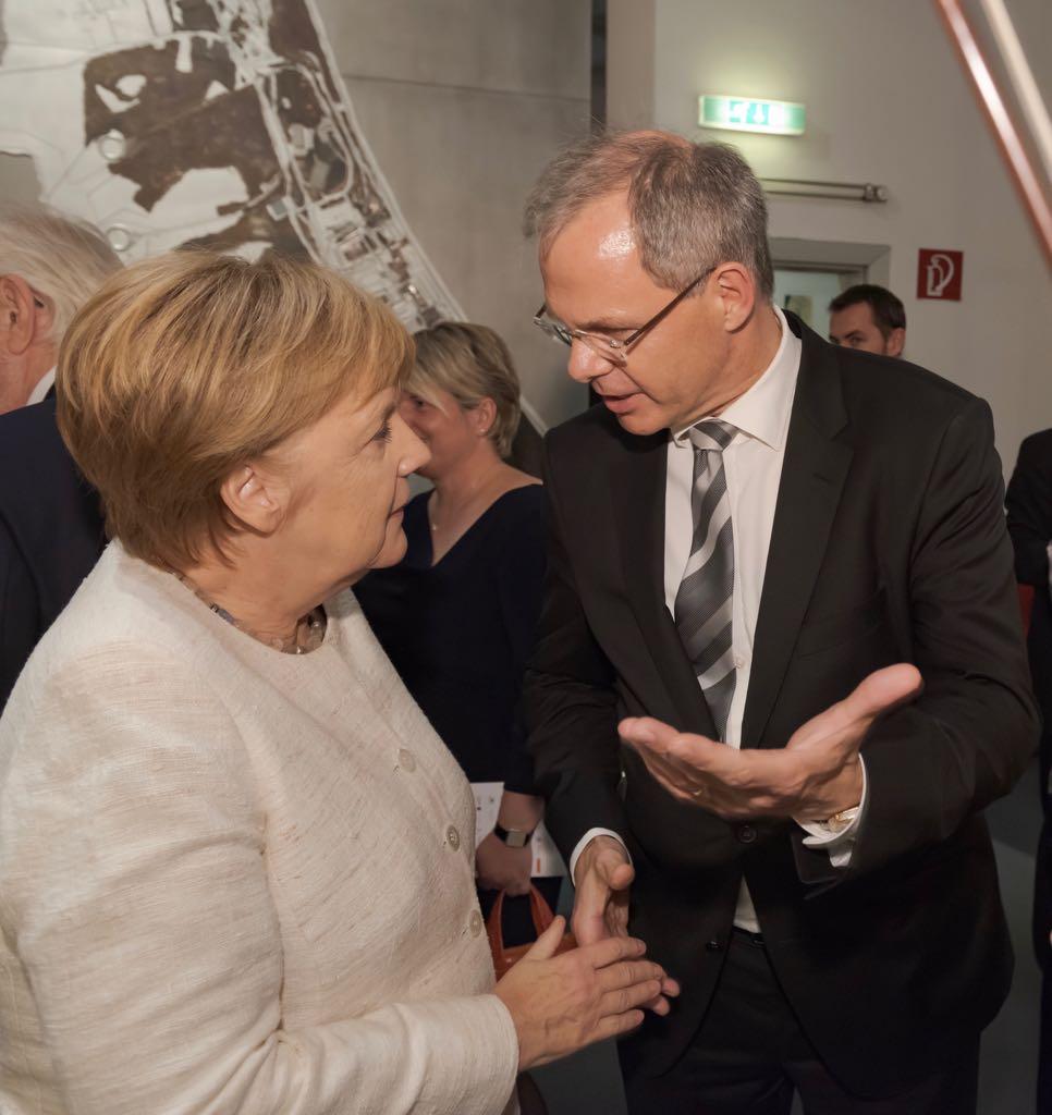 Rolf Seelige Steinhoff ist Vorsitzender des Vorstandes des Usedomer Musikfestivals - hier bei der Eröffnung des Festivals mit Bundeskanzlerin Merkel