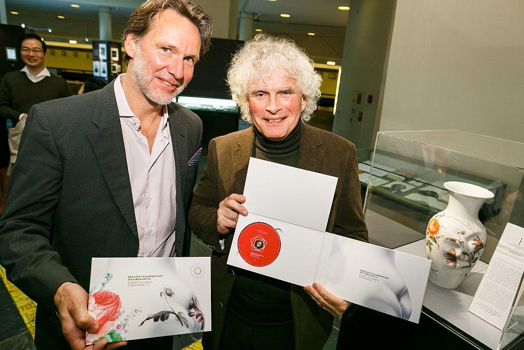 Chefdirigent Sir Simon Rattle und Olaf Maninger, Geschäftsführer der Berlin Phil Media bei der Präsentation von Vase und CDs