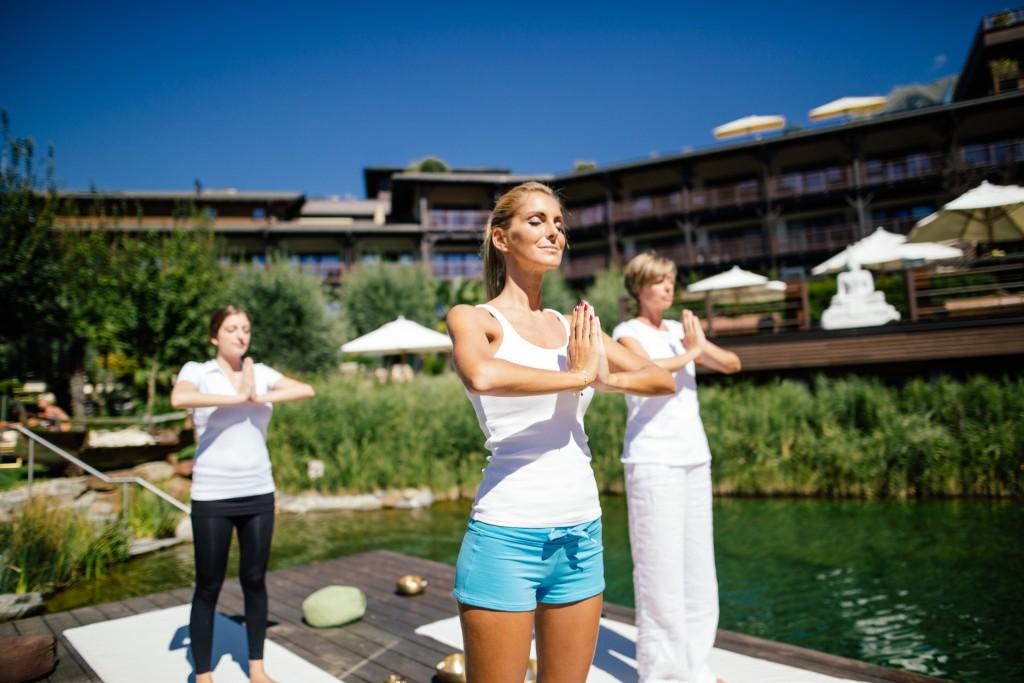 Yoga-Asanas in frischer Bergluft