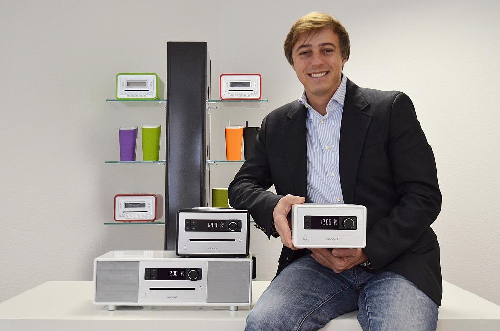 Marcell Faller, Geschäftsführer und Gründer der sonoro audio GmbH, inmitten seiner Produktpalette