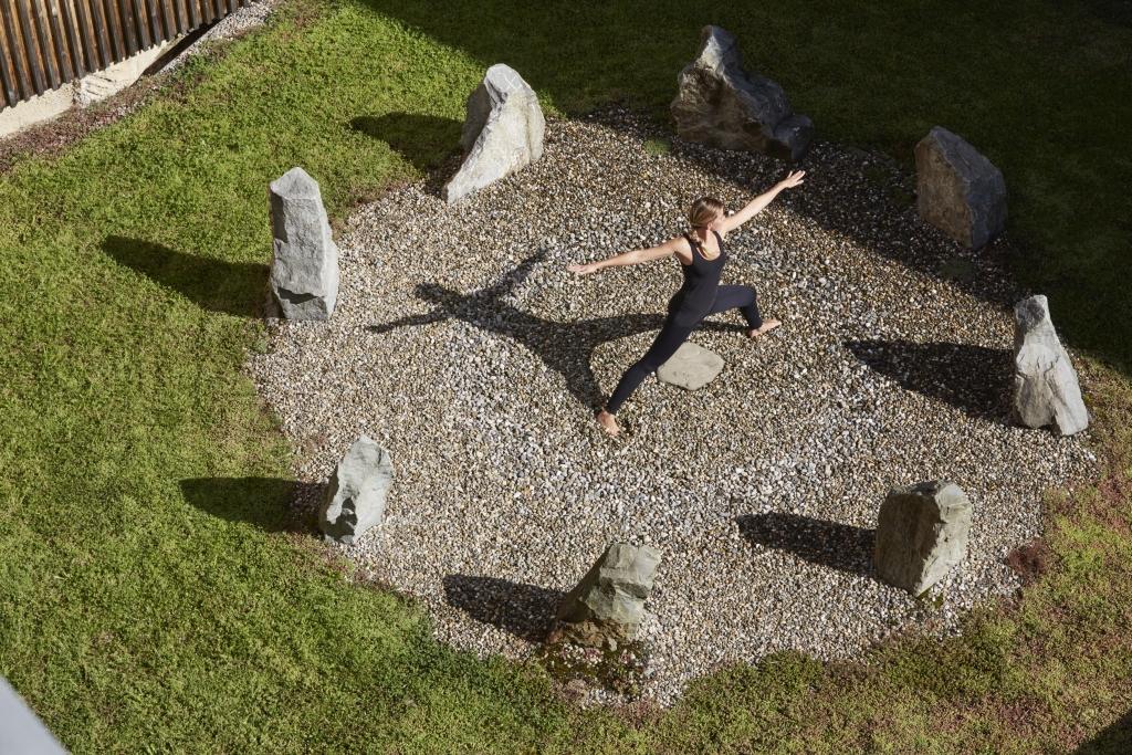 Yoga-Asanas im Steinkreis