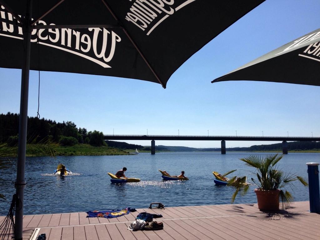 Während der Nachwuchs trainiert, entspannen die Eltern am Wasser