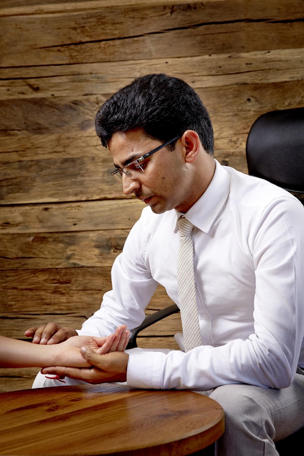 Ayurveda-Spezialist Gaurav Sharma nimmt traditionelle Pulsdiagnose