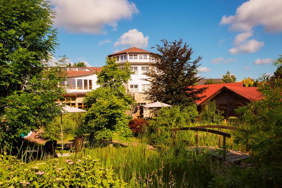 Gedanken schweifen lassen: Wellnessgarten mit Ayurvedapavillon und Ruhegalerie