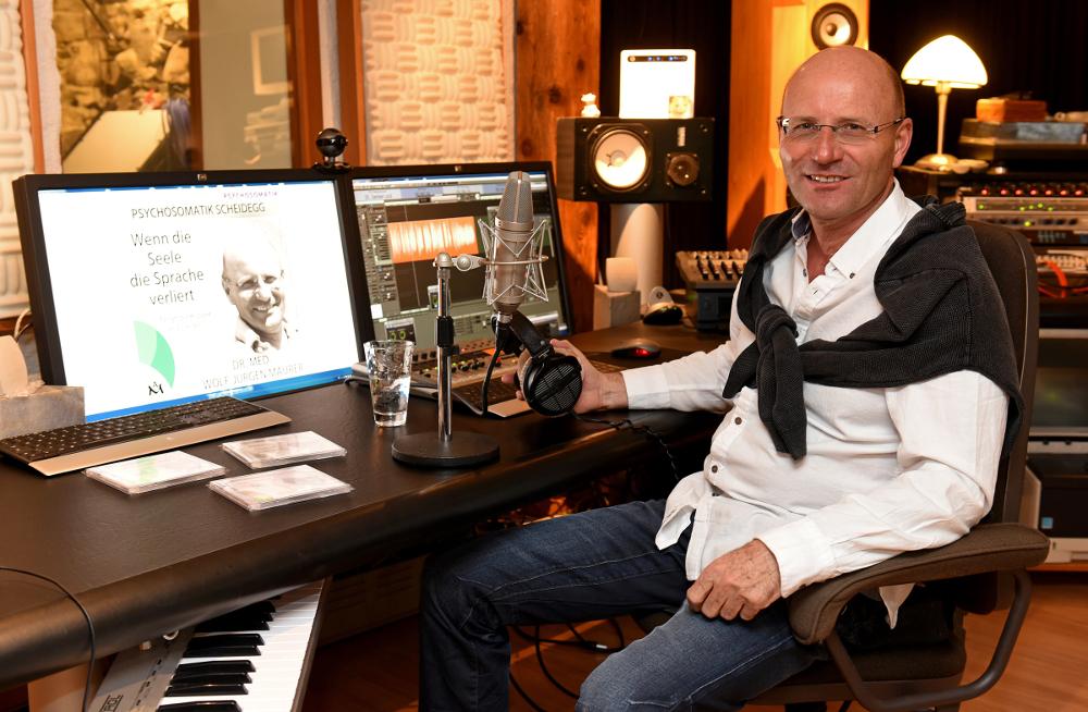 Dr. Maurer bei den Aufnahmen im Anima Mea-Tonstudio