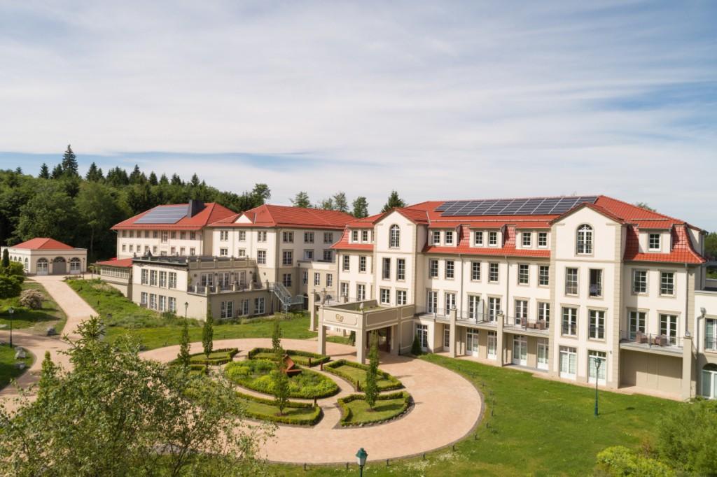 Das Naturresort Schindelbruch zählt zu den Ritter von Kempski Privathotels. Es verfügt über 98 Zimmer Suiten und Appartements, drei Restaurants und einen Tagungsbereich. Mit seinem 2.500 m² großen Wellnessbereich mit Schwimmb&aum