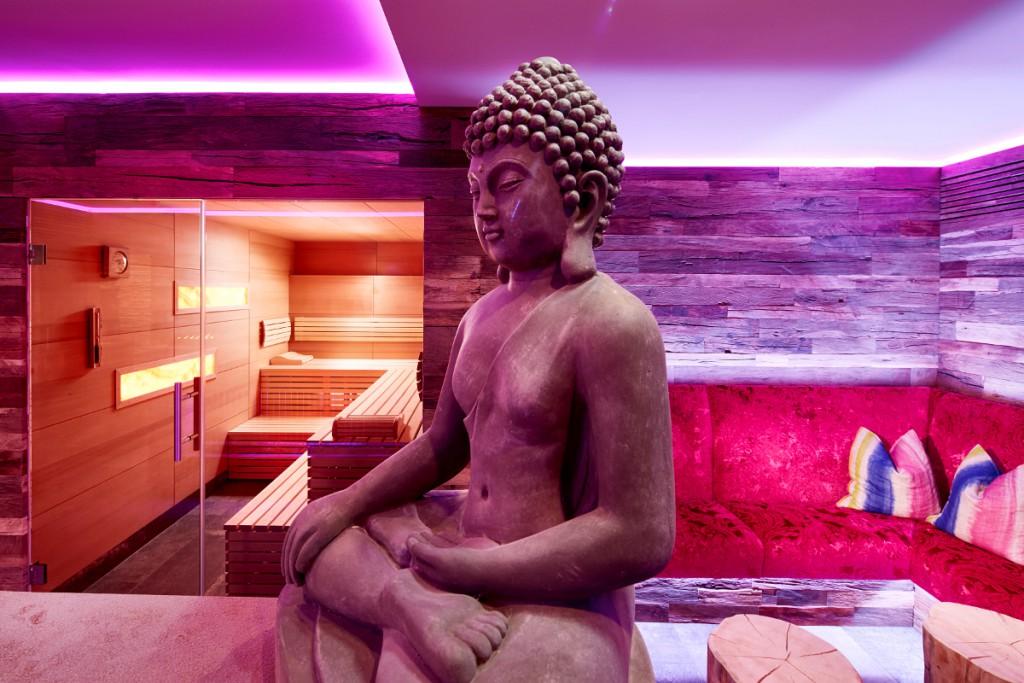 Stilvolle Lounge vor der Honig Sauna