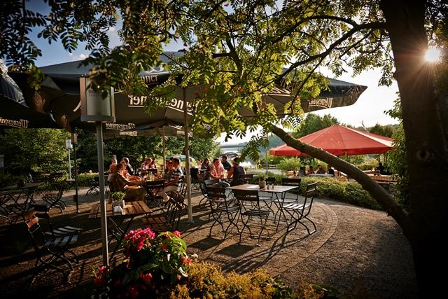 Der wunderschön gelegene Biergarten direkt zwischen Hotel und Strand