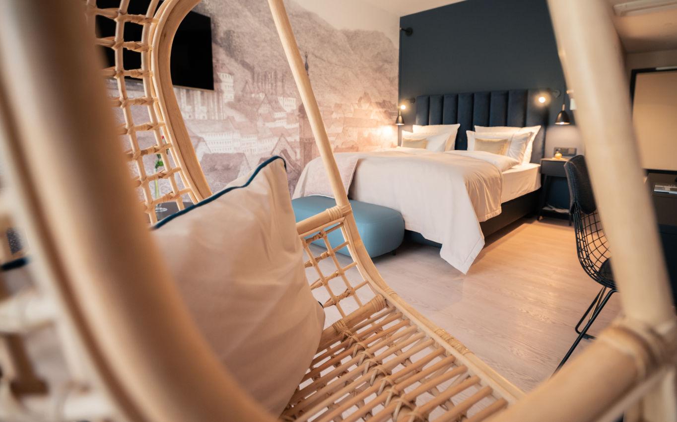 Alle Zimmer mit raumhohen Fenstern, modernem Design in historischem Gemäuer