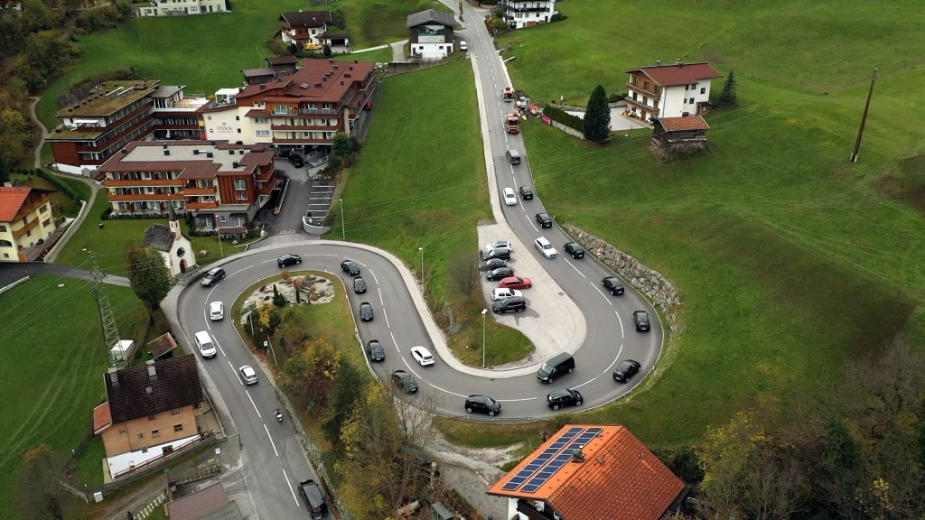 STOCK resort setzt auf Klimaschutz - die Mitarbeiter testen ihre neuen BMW i3 aus