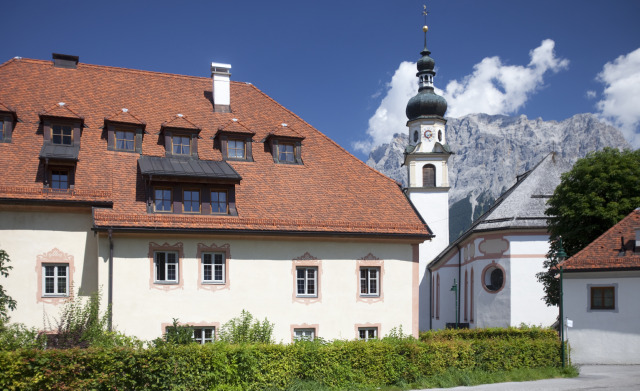 Das Postschlössl aus dem Jahr 1560 liegt 50 m vom Hotel entfernt